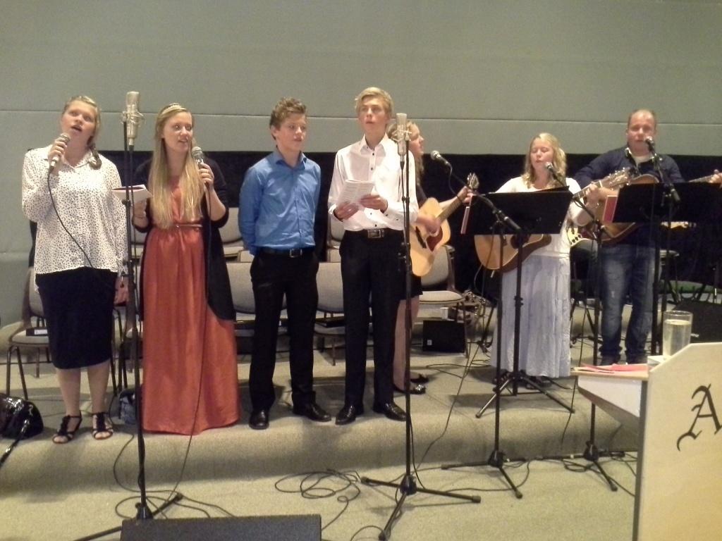 Ungdommene synger i møtet.