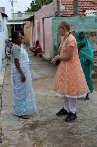 Chandra og Ruth Elise i gatene i Keranur