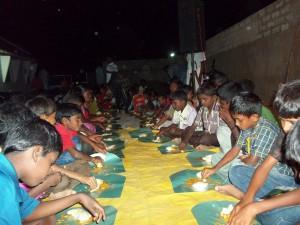 400 barn spiste seg gode og mette.