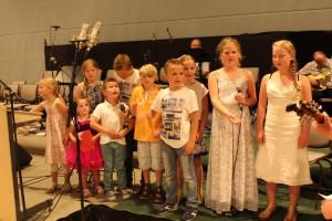 Barna synger i møtet.